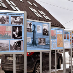 """Wystawa plenerowa """"Orawa 1918-1924"""" przed Domem Ludowym w Lipnicy Wielkiej"""